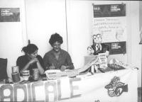 """""""Valeria Ferro e Francesca Capuzzo allo stand di radio radicale. Manifesto: """"""""finanzia l'unica voce dell'opposizione socialista, laica e libertaria. ("""