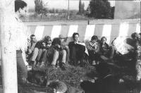 radicali (tra cui Rutelli) in sit in al confine della Cecoslovacchia con cartelli (BN)