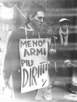 """""""Rutelli durante la marcia di Natale '84 con cartello al collo: """"""""meno armi più diritti"""""""". (BN) foto dalla televisione, bruttissima qualità"""""""