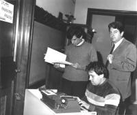 ritratto di Giovanni Negri e Massimo Teodori al gruppo radicale alla camera (BN)