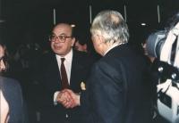 Bettino Craxi (segretario PSI) stringe la mano a Pannella al 32° congresso PR