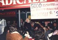 Ilona Staller (detta Cicciolina) al chiosco radicale di Piazza Navona per la campagna dei 5.000 iscritti al PR entro febbraio 1997.