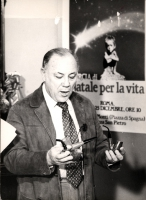Claudio Villa davanti al manifesto della marcia di Natale '85 nella sede di Torre Argentina 18  (BN)