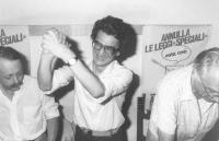 Tony Negri esulta, accanto all'avv. Mannoia e a Pannella, dopo la sua elezione in Parlamento nell'87 (BN) importante.
