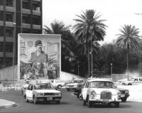 strade di Bagdad con murales che inneggiano a Saddam Hussein (BN)