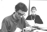 Maurizio Turco nel corso della pulitura delle firme sui referendum, nel salone della sede del PR (BN)