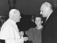 Il Papa Giovanni Paolo II stringe la mano a Pannella. Bonino di fronte.  Importante