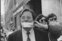 Franco Corleone imbavagliato alla manifestazione a favore della legge Gozzini sui permessi carcerari. Contro la politica dell'informazione che vuole e