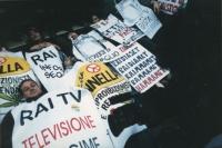"""""""Militanti della lista Pannella, sdraiati all'ingresso della commissione di vigilanza RAI TV a S.Macuto. Cartelli: """"""""Rai TV televisione di regime"""""""", """""""