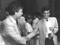 Giovanni Negri stringe la mano, sorridendo, a Claudio Martelli (PSI) (BN)