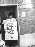 """""""manifestazione radicale davanti all'ambasciata polacca a Roma (Polonia). Pietrosanti ed altri militanti con cartello al collo: """"""""Wolnosc i pokoi libe"""