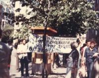 """""""Anniversario della bomba di Hiroshima. Manifestazione a Praga con striscione retto da due militanti con su scritto: """"""""Zivot! Mir! Sloboda! PR"""""""" (BN)."""