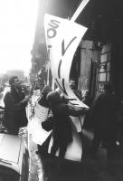 """""""(Polonia) In occasione della visita di Jaruzelskj in Italia manifestazione radicale di fronte all' albergo dove alloggiava. Militanti (tra cui gabrie"""