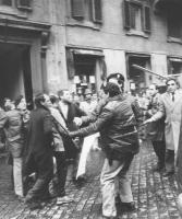 Manifestazione in difesa di Solidarnosc (forse in occasione della visita di Jaruzelskj in Italia) di fronte ad un albergo. La polizia blocca i militan