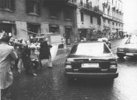 (Polonia) Manifestazione radicale a favore di Solidarnosc (forse in occasione della visita di Jaruzelskj in Italia) di fronte ad un albergo. Militanti