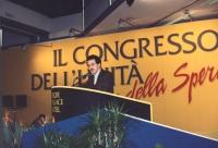 ritratto di Giandomenico Caiazza che parla dalla tribuna di un congresso