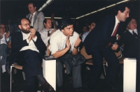 Martelli (PSI), Vizzini (PSDI), Spadolini (PRI) applaudono seduti ad un congresso radicale