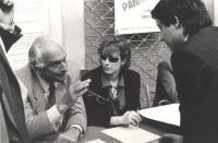 """""""Pannella seduto ad un banchetto di raccolta firme per i tre referendum sulloa """"""""giustizia giusta"""""""", discute con un firmatario. (BN) ottima"""""""