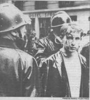 un manifestante con la testa sanguinante dopo gli sconri con la polizia (BN) foto da giornale (Foto: French Press)