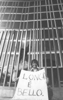 """""""Emma Bonino con un cartello al collo: """"""""Longo [segretario Psdi, bruttissimo. ndr] è bello, sotto i cancelli della RAI TV a viale Mazzini. Con cavallo"""