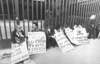 """""""Militanti radicali seduti sotto i cancelli della RAI TV a viale Mazzini. Cartelli: """"""""morte a tutti gli eserciti, vita e libertà agli obiettori di cos"""