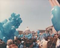 Marcia di Pasqua '82. Manifestanti con palloncini arrivano a piazza S.Pietro. Nelle altre anche Colajanni (PCI) che marcia
