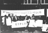 """""""Manifestazione esperantista con Falzoni e Pagano, striscione """"""""esperanto radikala asocio"""""""" (BN)"""""""