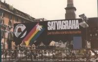"""""""Piazza Navona. palco (vuoto) con banner """"""""Satyagraha, per la vita contro la morte"""""""" e simbolo del PR"""""""