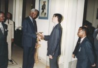 """""""da sinistra: Baudin (ministro della giustizia del Senegal), militare, Abdou Diouf (presidente della Repubblica Senegalese) stringe la mano ad Olivier"""
