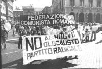 """""""Marcia di Pasqua '82. Manifestanti con striscioni """"""""No al nuovo olocausto. PR"""""""" e """"""""federazione comunista romana""""""""  (BN)"""""""