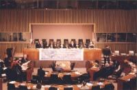 Conferenza NPWJ sul tribunale internazionale permanente nel 1998. Sul palco ambasciatore Fulci, presidente Robinson, Emma Bonino, D.Philips, Adrian Bo