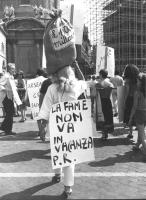 """Manifestante con al collo il cartello: """"""""la fame non va in vacanza  PR"""""""".   (BN) """""""