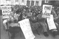 """manifestanti seduti con cartelli """"Pane e lavoro. PR""""   (BN)"""
