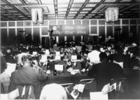 Assemblea dei deputati iscritti al PR a Sofia. Visione d'insieme della sala, con banner e logo PR (BN)