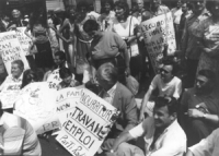 """""""Pannella in sit-in con altri manifestanti con cartello al collo """"""""nourriture, travail, emploi. Parti radical""""""""  (BN)"""""""