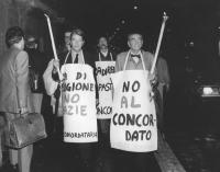 """""""fiaccolta contro il concordato e l'ora di religione. Teodori e Zevi con fiaccole e cartelli: """"""""NO al concordato PR"""""""" (BN)"""""""
