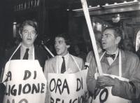 """""""fiaccolta contro il concordato e l'ora di religione. Teodori, Zevi e Giovanni Negri con fiaccole e cartelli: """"""""NO al concordato PR"""""""" (BN)"""""""