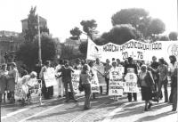 """""""Piazza S.Giovanni. Marcia anticoncordataria. Militanti, tra cui Emma Bonino, Marisa Galli, Geppi Rippa, in marcia con cartelli: """"""""mese di mobilitazio"""