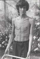 Ritratto di  Giovanni Negri a busto nudo, nel corso di un digiuno durato circa tre mesi,  affinché la RAI-TV rispettasse le delibere della Commissione