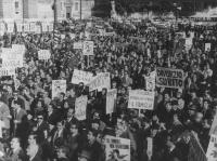 Comizio divorzista in piazza del Popolo. Vista della folla con cartelli (BN)