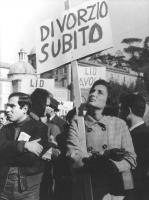 """""""Comizio divorzista in piazza del Popolo. Donna tiene un cartello: """"""""divorzio subito"""""""", uomo con una copia di """"""""ABC"""""""" sotto il braccio. (BN) ottima, i"""