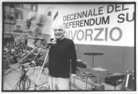 Comizio pannella a Piazza Navona nel decennale del divorzio. Pannella tiene in mano una copia di giornale, contestando le menzogne della ricostruzione