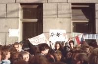 """""""Manifestanti tengono un cartello che riproduce il simbolo nazista più quello comunista uguale 1939. Manifestazione a Mosca contro gli accordi """"""""Molot"""