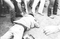 manifestazione radicale nell'anniversario del soffocamento della primavera di Praga. Giuseppe Lorenzi con telecamera riverso a terra a faccia in giù.