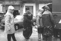 soccorsi sotto la pioggia (BN)