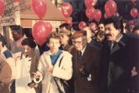 """marcia di Natale '85. Bonino marcia accanto a Sandro Pertini Presidente della Repubblica.  Importante. [palloncini di colore rosso con su scritto: """"3"""