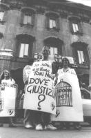 """""""manifestazione radicale sotto piazza del Gesù. Ragazza con cartello al collo: """"""""io sono elettore di Toni Negri. Dov'è la giustizia? Logo PR"""""""" (BN)"""""""