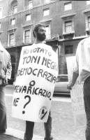 """""""manifestazione radicale sotto Botteghe Oscure (sede PCI). Isio Maureddu con cartello al collo: """"""""io sono elettore di Toni Negri. Democrazia o prevari"""