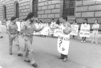 Militante offre un volantino a dei soldati durante una manifestazione radicale davanti al ministero della Difesa, contro le morti sotto la leva e cont