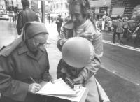 Marcia Pasqua '83. Per tre milioni di vivi subito. Durante la marcia una suora firma le petizioni del PR (BN)